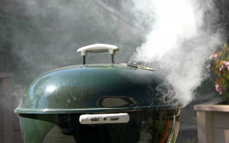 Accendere il barbecue senza fare fumo