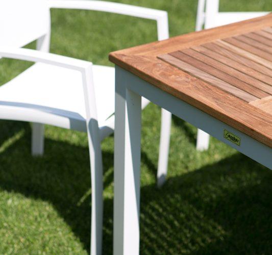 Il tavolo Gallipoli e la sedia Tropea: la coppia perfetta nel tuo giardino