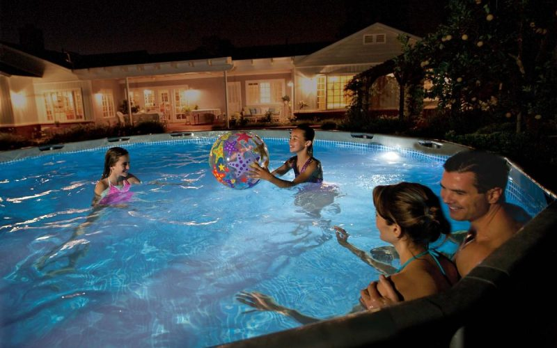 Luci per illuminare la piscina di notte for Pesci finti per piscina