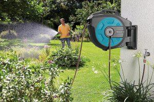 Tubo e avvolgitubo: irrigare il giardino in modo semplice